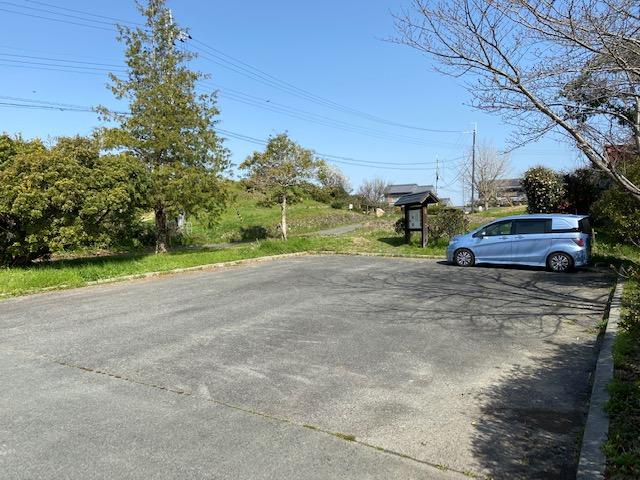 ホケノ山古墳駐車場、木の陰が古墳です