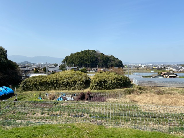 ホケノ山古墳の上から箸墓古墳が見えます、手前にも小さな古墳があります