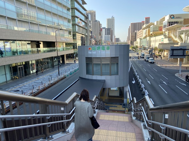 やっと見つけた阪堺電車の駅は道路の真ん中