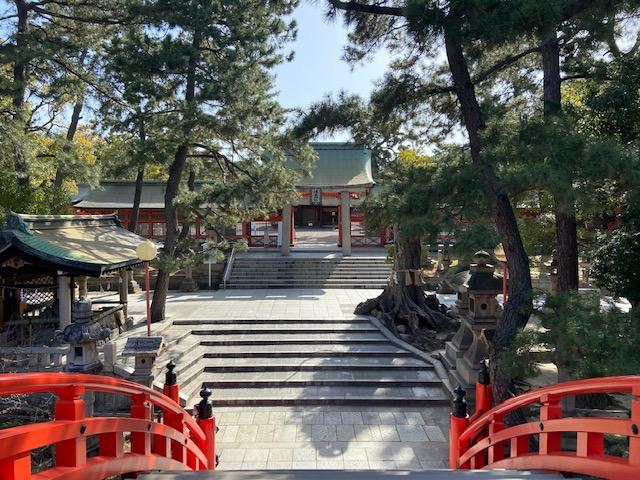 そして着いたのは早朝からやってる神社でした