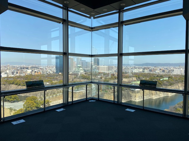 大阪歴史博物館の10階から大阪城の全体が見渡せて規模の大きさが実感できます