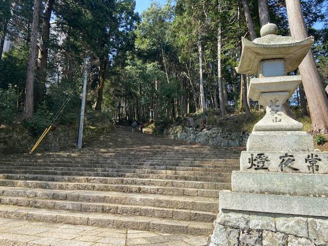さすが日吉大社は立派な石段です(でも常夜燈って延暦寺です)