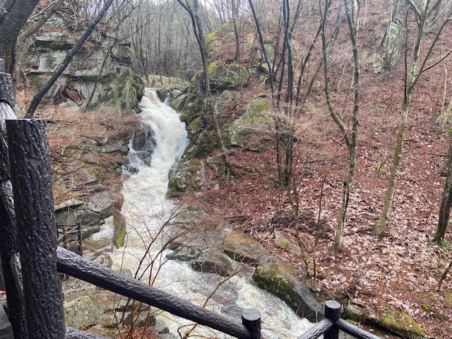 雨上がりの迫力のある滝を見ながら歩きます