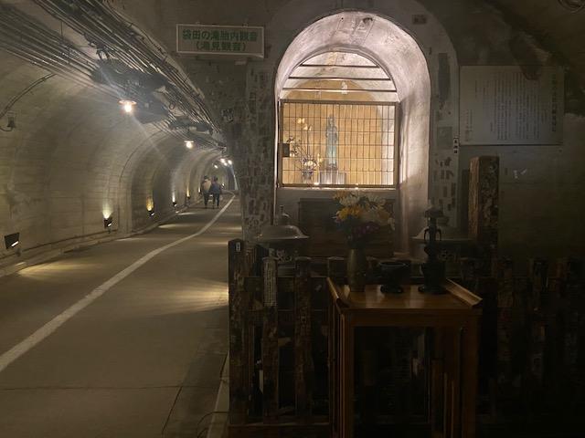 トンネルを歩いてエレベータで登ると滝の全景が見えます