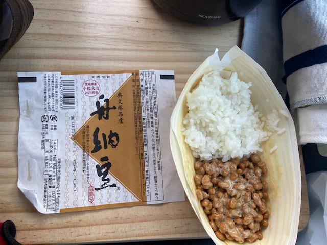 当然ですが今日の昼ごはんは炊きたてのご飯に船納豆です