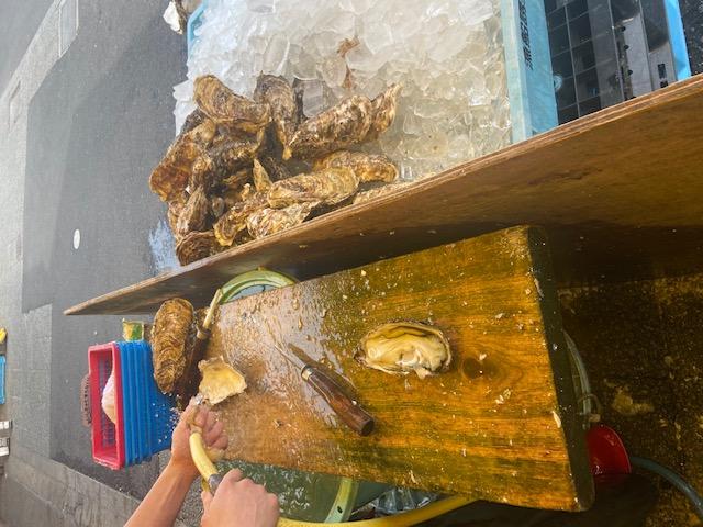 生牡蠣が2個で500円なので食べましょう