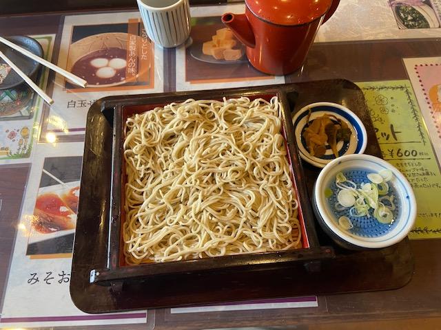 歩き疲れて鹿島神宮の一番奥にある店でせいろそばを食べます