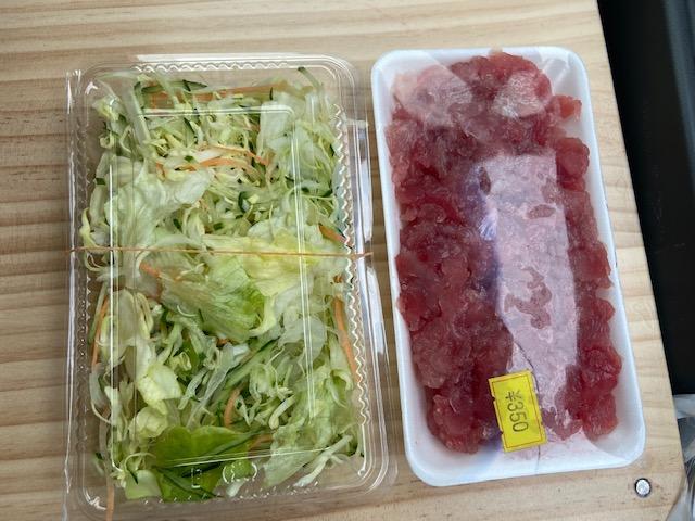 今晩のつまみ兼ご飯は野菜とマグロで480円です