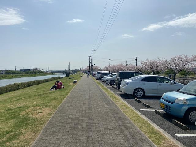 前の駐車場は満車なので隣の公園の駐車場から遊歩道で行きます