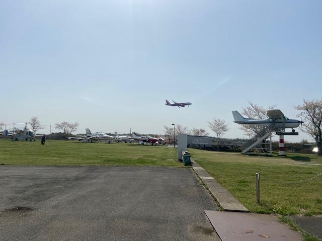 成田空港の横にあるので展示の飛行機と飛んでる飛行機が同時に見れます