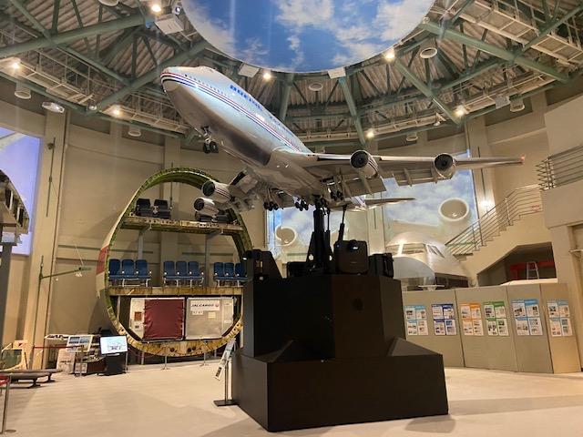 実物大の飛行機の輪切りの模型やコックピットの模型などで