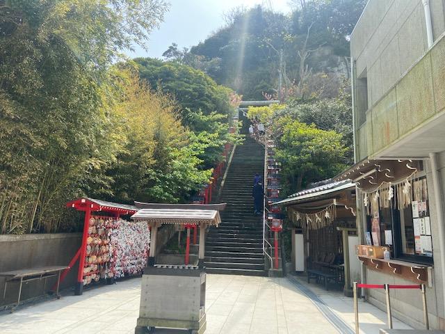 神社へは階段を登る