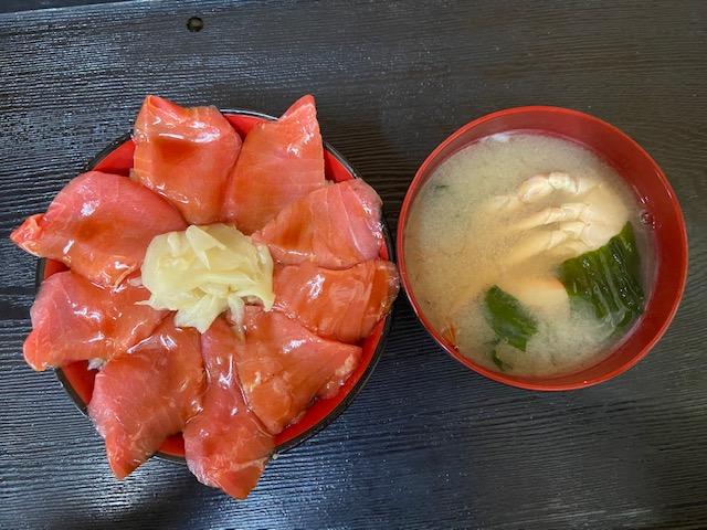 トロまぐろ漬け丼と蟹汁で1,210円は満足感が高いです