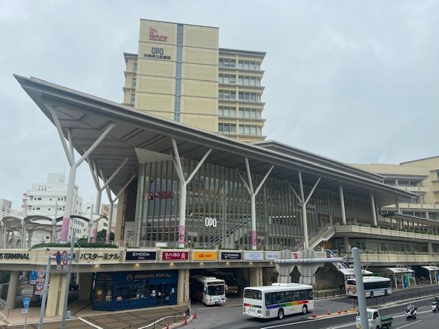 沖縄県立図書館の横を通ってホテルへ