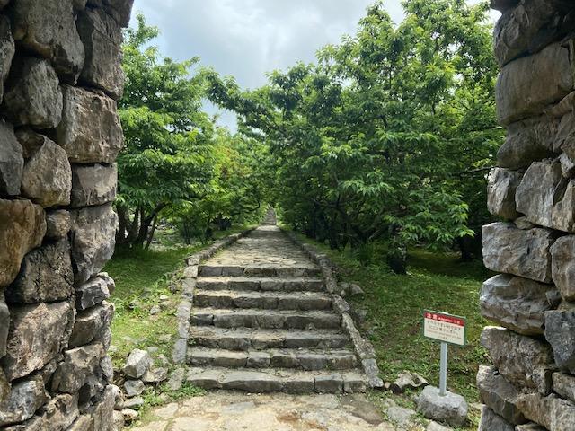 中に入るとずっと石の階段が続きます