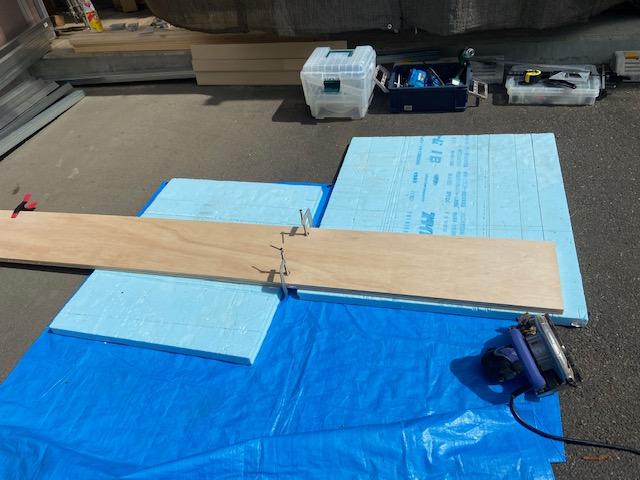 ベースになる板を丸のこで切ります