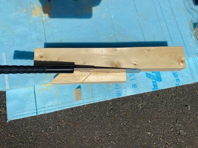 手で切るとノコギリが斜めになりやすいので当て木をしましたなりやすいので