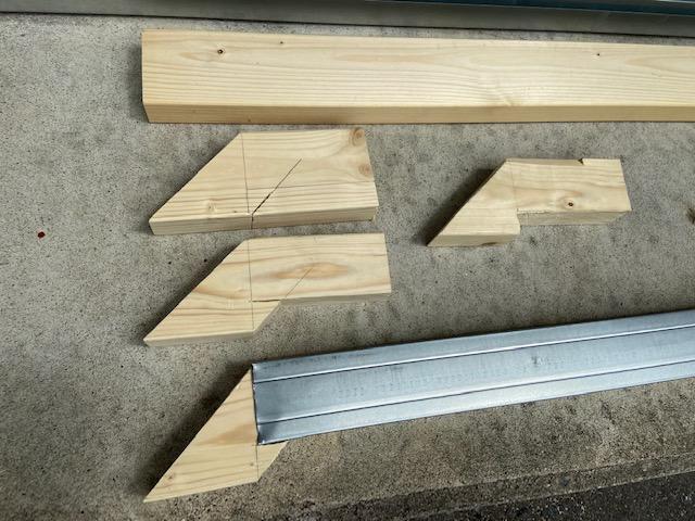 2×4材から切り出してゆきます
