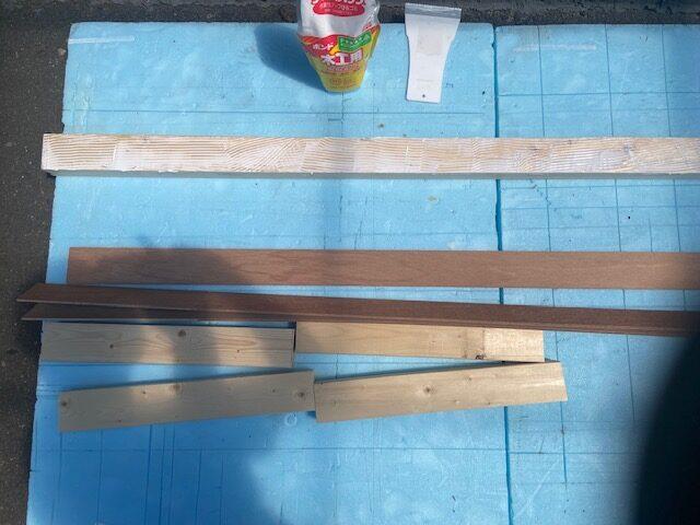 ホームセンターで63mm幅に切ってもらったベニヤを木工ボンドで貼る