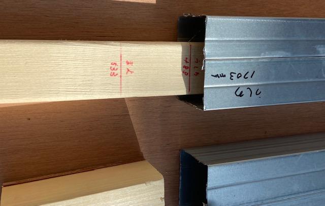 場所と長さを記入した木材で入れる事で効率化してます