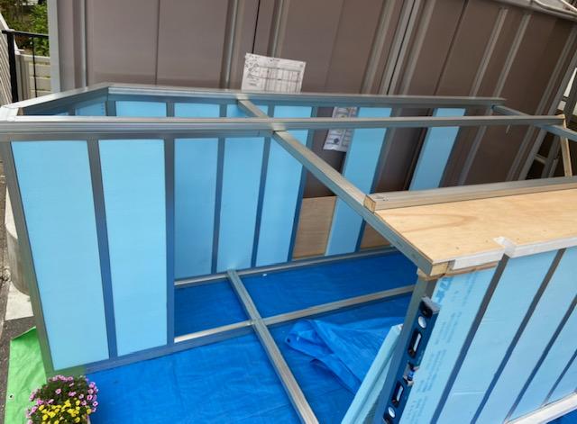 床と天井が角スタッドと断熱材で自立してます