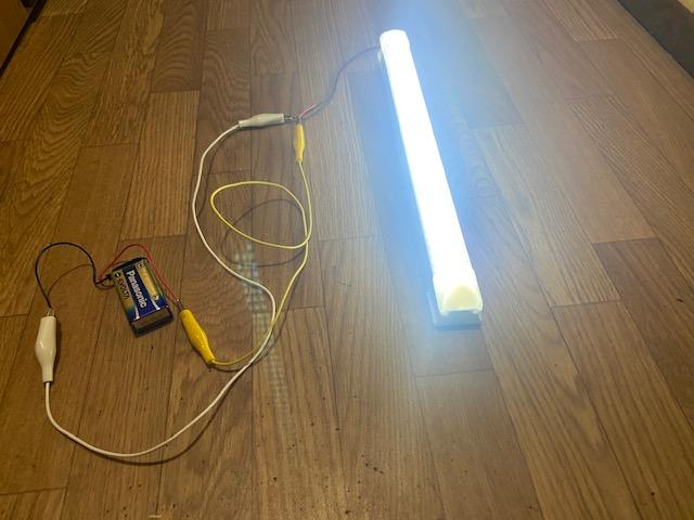 9V電池で点灯テスト、明るさは十分そうです