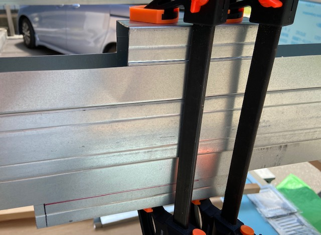 ランナーの固定に角スタッドの端材